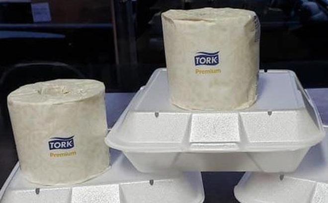 Nhà hàng thông báo tặng giấy vệ sinh cho bất kì hóa đơn nào trên $25, khách hàng cười tươi như hoa