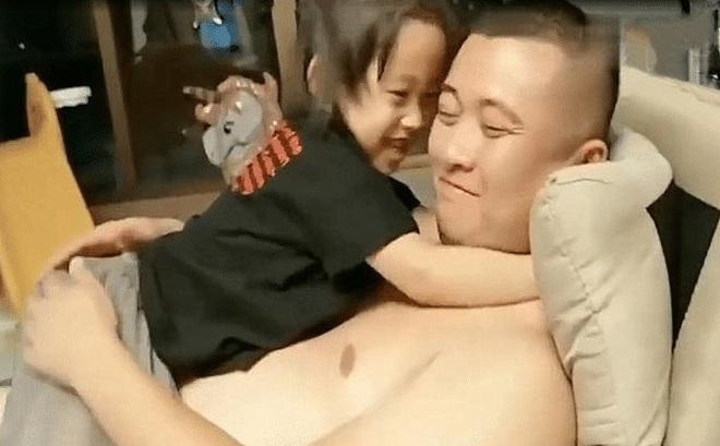 Thấy bố nằm cởi trần, con gái nhỏ ra hỏi 1 câu khiến bố ngượng đỏ mặt, mặc lại áo ngay lập tức