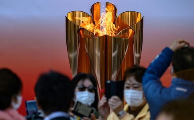 """Bất chấp chính quyền kêu gọi """"ở nhà"""", hàng chục nghìn người Nhật Bản vẫn xếp hàng đi xem ngọn đuốc Olympic giữa mùa dịch Covid-19"""