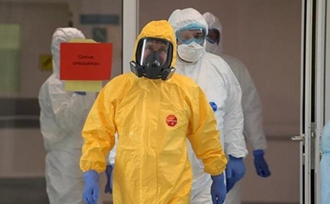 Tổng thống Putin thị sát bệnh viện chống COVID-19 trong bộ áo đặc biệt