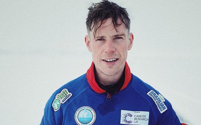 Vừa đi bộ vừa tâng bóng 80 km xuyên hồ nước ngọt lớn nhất thế giới đang đóng băng, lập kỷ lục Guinness