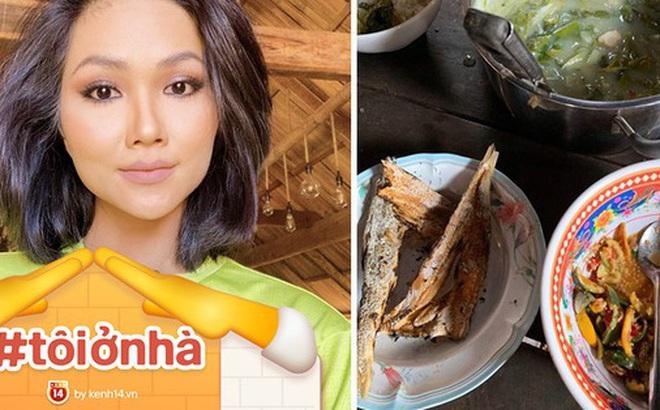 """Ở nhà mùa dịch, H'hen Niê """"tham vọng"""" trở thành food blogger: giới thiệu loạt đặc sản dân dã, có cả những món khiến nhiều người """"sợ xanh mặt"""""""