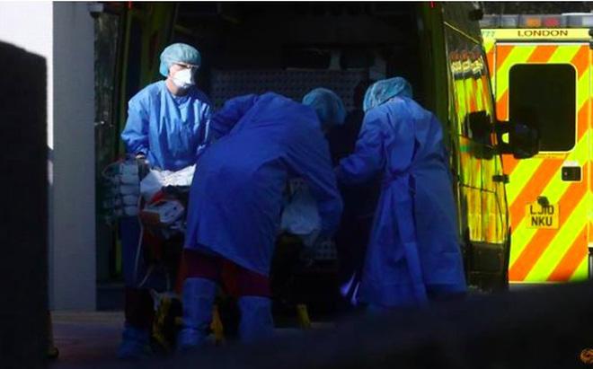 Anh huy động xe cứu hoả chở thi thể, phân phối thực phẩm vì COVID-19