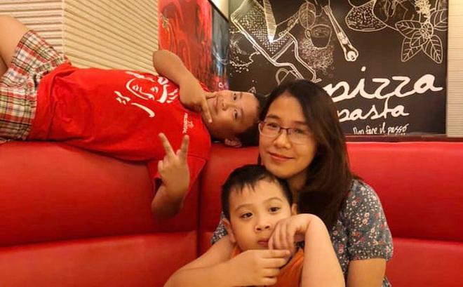 """Thấy mẹ mải mê cày phim và ngắm diễn viên Hàn, 2 con trai buông lời """"cà khịa"""" khiến bố cười sung sướng còn mẹ giận tím người"""
