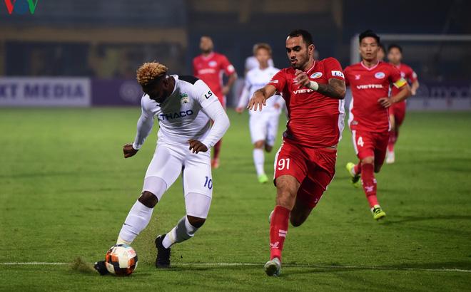 FIFA yêu cầu cầu thủ giảm lương, phản ứng các CLB ở V-League ra sao?