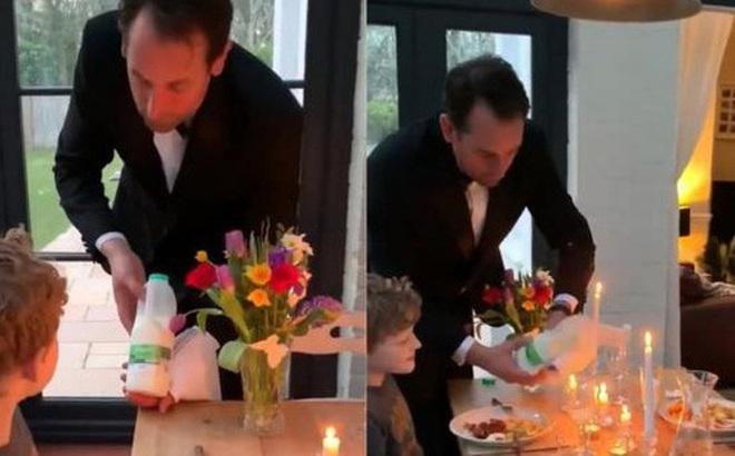Ở nhà cách ly không có gì làm, ông bố ăn diện lịch thiệp như nhân viên phục vụ rồi rủ 2 đứa con cùng chơi 'đồ hàng'