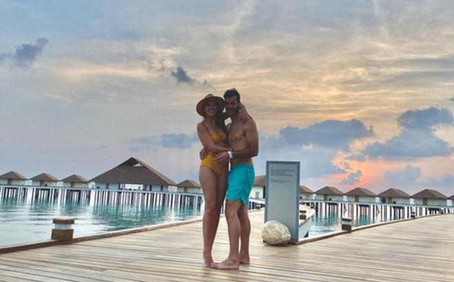 """Vẫn đi tuần trăng mật ở Maldives giữa mùa Covid-19, cặp đôi mới cưới bị mắc kẹt trên """"hòn đảo thiên đường' chưa biết ngày về"""