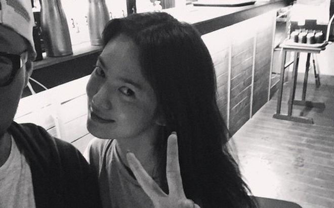 Hành động lạ lùng của Song Hye Kyo, phải chăng đang nhớ lại thời điểm mới yêu đương với Song Joong Ki?