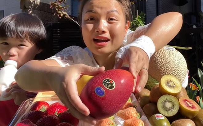 Quỳnh Trần JP khoe mâm trái cây siêu đắt đỏ, mua hẳn giống xoài giá cả triệu đồng 1 trái về ăn giữa trời nắng nóng