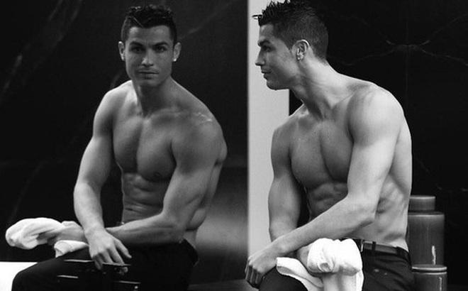 """Ronaldo và những ngày không quên ở MU (kỳ 2): """"Chàng hoàng tử"""" luôn ngắm mình trước gương và tự hỏi thế gian này ai đẹp bằng ta"""