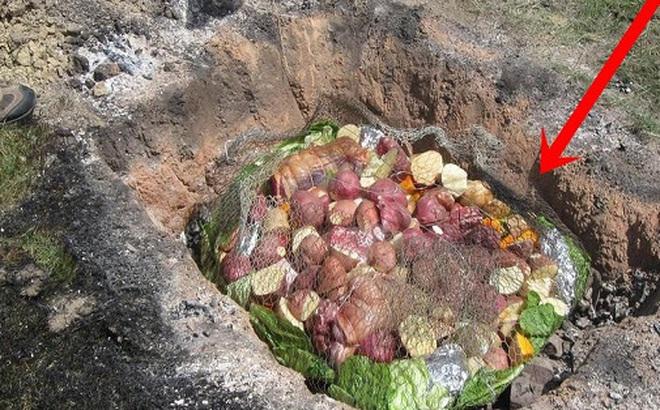 Thấy người dân đổ đầy thịt cùng các loại rau củ xuống hố, du khách chê bẩn nhưng rồi phát cuồng vì món ăn lạ tưởng không ngon mà ngon không tưởng