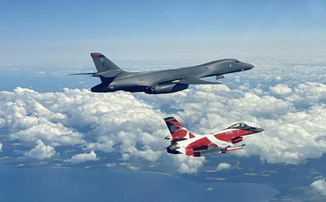 """Mỹ điều """"kỵ binh"""" ném bom B-1B tập trận bắn đạn thật gần biên giới Nga"""