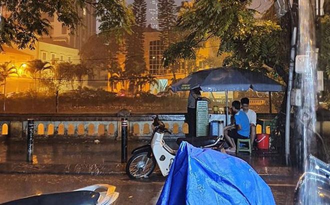 Dân mạng thích thú khoe ảnh mưa xối xả xua tan nắng nóng suốt mấy ngày ở Hà Nội