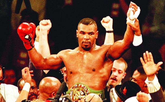 Mike Tyson gây sốt khi trở lại sàn đấu
