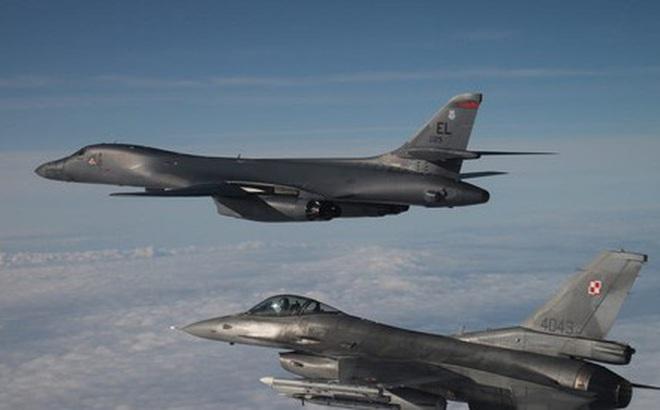 """""""Kỳ phùng địch thủ"""" MiG-29 và F-16 cùng hộ tống B-1B Lancer"""