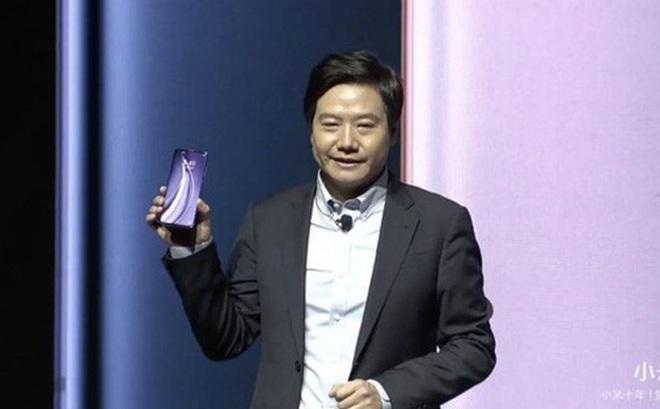 Chọc giận người hâm mộ vì bị bắt quả tang dùng iPhone, CEO Xiaomi may mắn được đối tác bênh vực