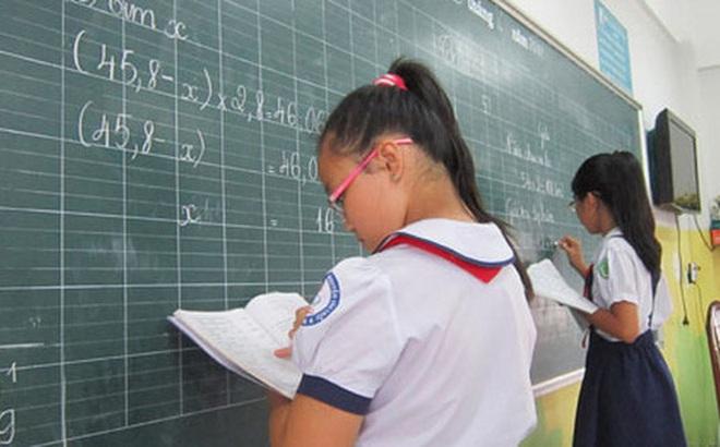 Con gái làm toán bị cô giáo gạch kết quả, ông bố tức giận nhắn tin chất vấn nhưng nghe lý do thì đành phải gật đầu nhận sai