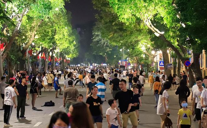 Phố đi bộ hồ Hoàn Kiếm rộn ràng trong ngày đầu hoạt động trở lại