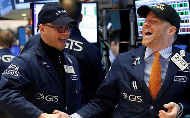 Phố Wall hứng khởi trước thông tin tích cực về vắc-xin và bình luận của Chủ tịch Fed, Dow Jones bứt phá hơn 900 điểm