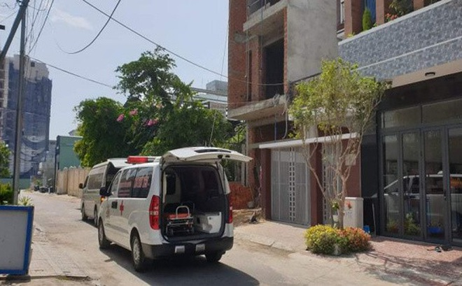 Xe cấp cứu chuyển các nạn nhân tới Bệnh viện.