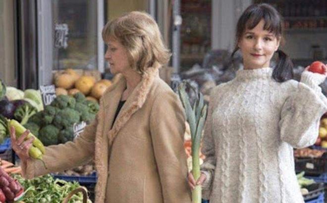 """Bức hình mẹ xách con đi chợ cách đây 33 năm bỗng """"nổi như cồn"""" trên mạng: Mẹ giống Công nương Diana trong khi đứa trẻ thì quá đáng yêu"""