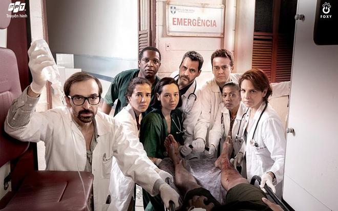"""""""Những chiến binh áo trắng"""", khai thác đến tận cùng mâu thuẫn xã hội Brazil thông qua góc nhìn ngành y"""