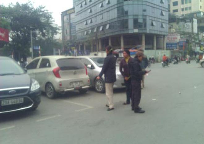 """Ga Hà Nội: """"Cò vé"""" đông hơn... hành khách"""