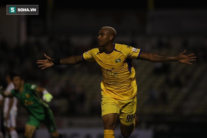 Cựu tiền đạo U23 VN chơi thăng hoa, đẩy đội bét bảng V.League lún sâu vào thảm cảnh - Ảnh 2.