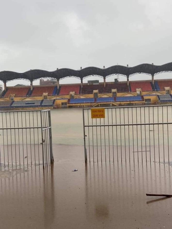 """Báo Thái phát hoảng trước cảnh tượng sân bóng ở V.League 2 bỗng biến thành… """"hồ bơi"""" - Ảnh 2."""