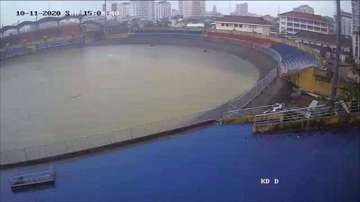 """Báo Thái phát hoảng trước cảnh tượng sân bóng ở V.League 2 bỗng biến thành… """"hồ bơi"""" - Ảnh 1."""