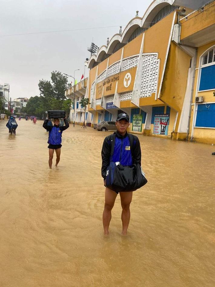 """Báo Thái phát hoảng trước cảnh tượng sân bóng ở V.League 2 bỗng biến thành… """"hồ bơi"""" - Ảnh 4."""