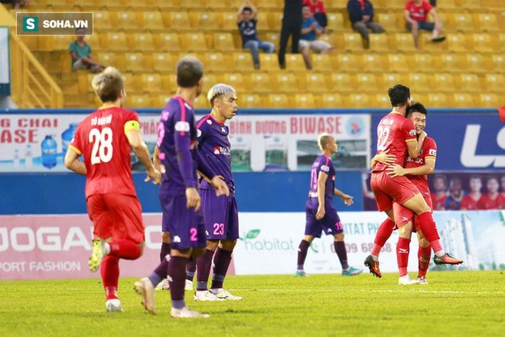 Hai trò cưng của thầy Park chơi bùng nổ, đè bẹp đội đầu bảng V.League theo cách khó tin - Ảnh 1.