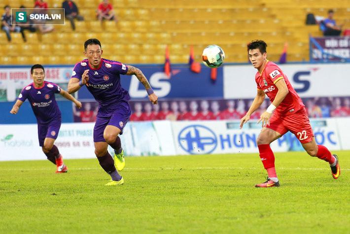 Hai trò cưng của thầy Park chơi bùng nổ, đè bẹp đội đầu bảng V.League theo cách khó tin - Ảnh 2.