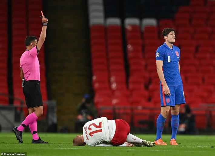 Nhận tấm thẻ đỏ đầy nghiệp dư, đội trưởng Man United khiến Tam sư thất bại cay đắng - Ảnh 2.