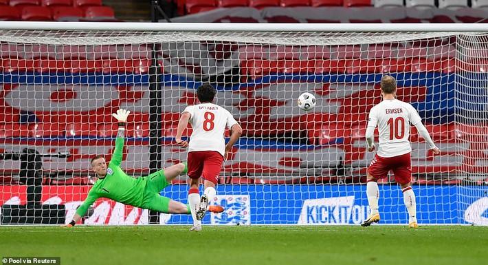 Nhận tấm thẻ đỏ đầy nghiệp dư, đội trưởng Man United khiến Tam sư thất bại cay đắng - Ảnh 3.