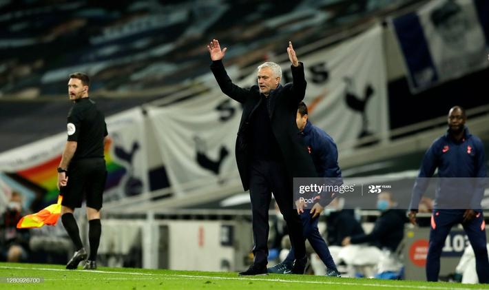 Mourinho tái mặt xem đồng hồ, Tottenham dẫn 3-0 nhưng vẫn ôm hận đúng phút cuối cùng - Ảnh 3.