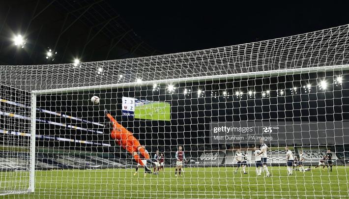 Mourinho tái mặt xem đồng hồ, Tottenham dẫn 3-0 nhưng vẫn ôm hận đúng phút cuối cùng - Ảnh 4.