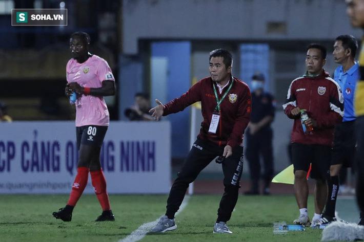Bầu Hiển cười trừ vì bàn thắng nhạy cảm, Hà Nội FC chật vật áp sát ngôi đầu BXH - Ảnh 1.