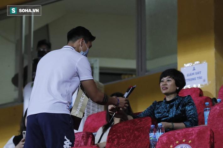 Bầu Hiển cười trừ vì bàn thắng nhạy cảm, Hà Nội FC chật vật áp sát ngôi đầu BXH - Ảnh 4.