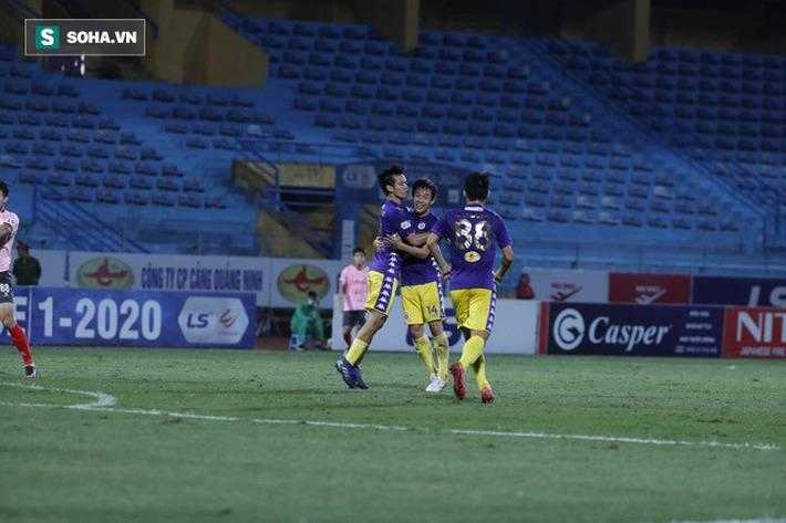 Bầu Hiển cười trừ vì bàn thắng nhạy cảm, Hà Nội FC chật vật áp sát ngôi đầu BXH - Ảnh 2.