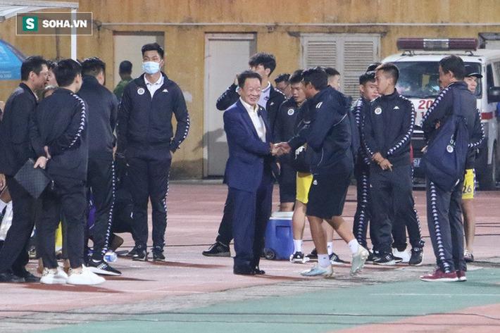 Bầu Hiển xuống sân, lộ biểu cảm thú vị khi chúc mừng chiến thắng nhọc nhằn của CLB Hà Nội - Ảnh 3.