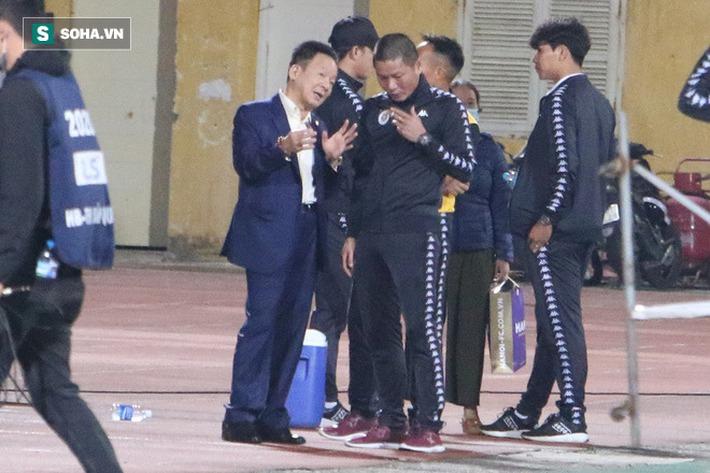 Bầu Hiển xuống sân, lộ biểu cảm thú vị khi chúc mừng chiến thắng nhọc nhằn của CLB Hà Nội - Ảnh 4.