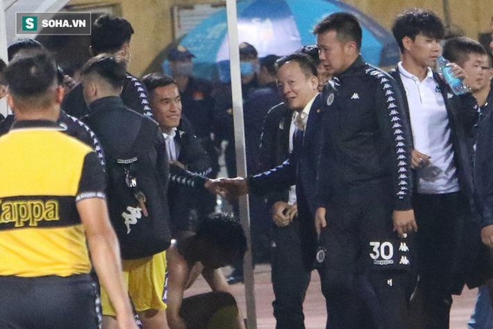 Bầu Hiển xuống sân, lộ biểu cảm thú vị khi chúc mừng chiến thắng nhọc nhằn của CLB Hà Nội - Ảnh 2.