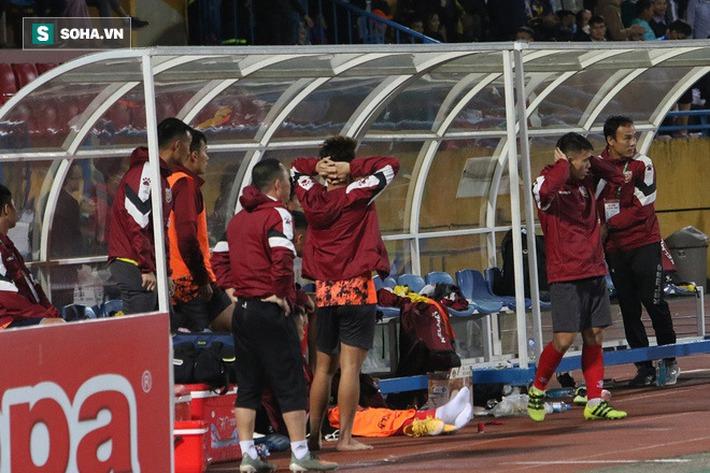 Bầu Hiển xuống sân, lộ biểu cảm thú vị khi chúc mừng chiến thắng nhọc nhằn của CLB Hà Nội - Ảnh 6.