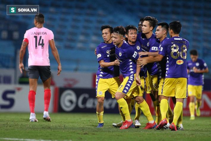 Bầu Hiển xuống sân, lộ biểu cảm thú vị khi chúc mừng chiến thắng nhọc nhằn của CLB Hà Nội - Ảnh 1.