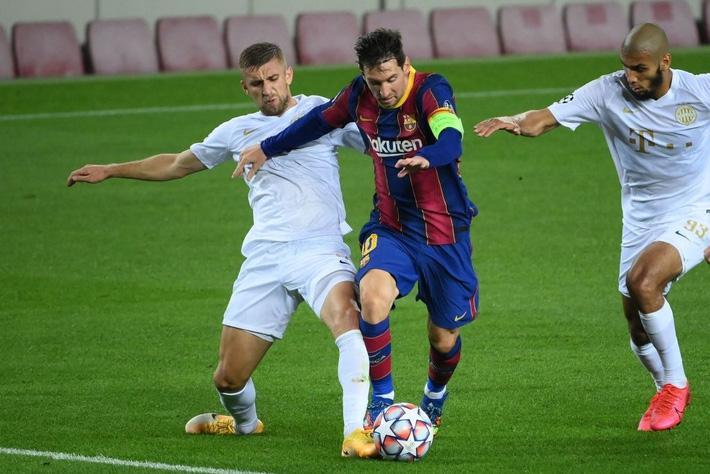 Messi dằn mặt Ronaldo trong ngày Barca đại thắng; Chelsea sảy chân ngay trên sân nhà - Ảnh 1.