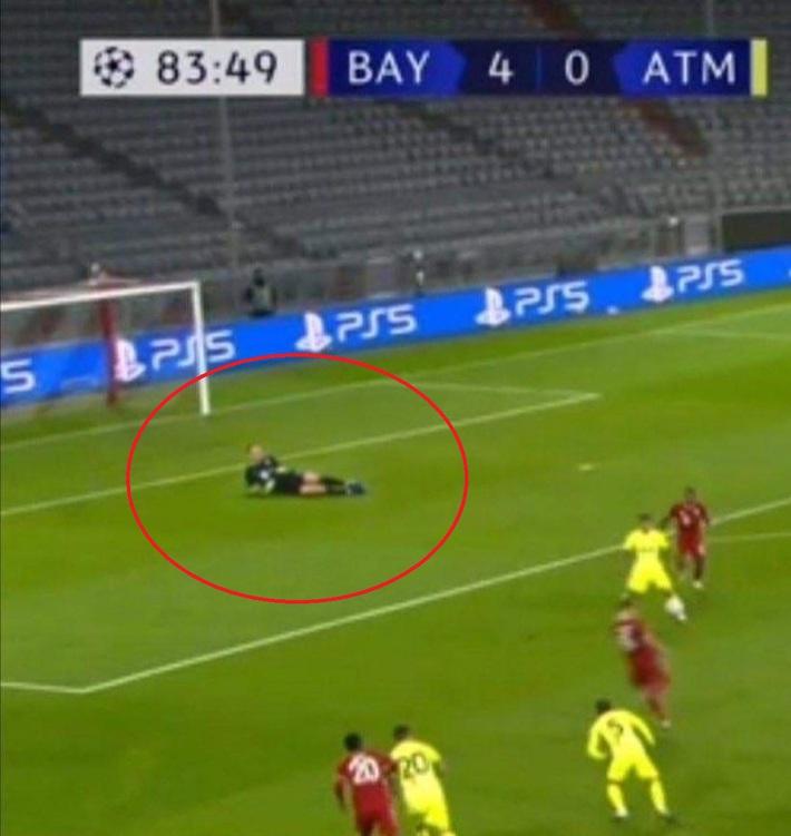 Neuer nằm chơi giữa vòng cấm địa trong ngày Bayern Munich thể hiện sức mạnh khủng khiếp - Ảnh 1.