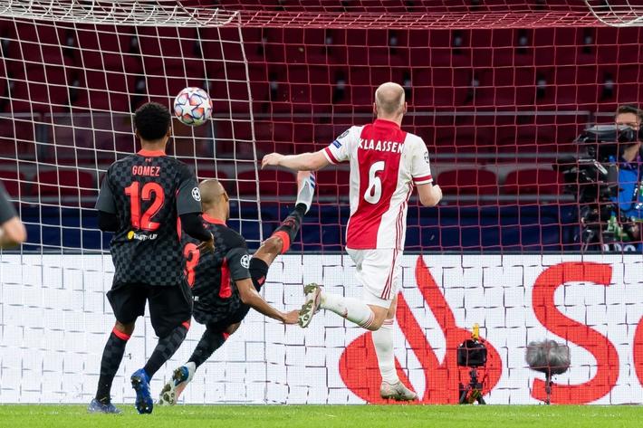 Không Van Dijk, Liverpool thắng vất vả Ajax nhờ bàn phản lưới - Ảnh 2.