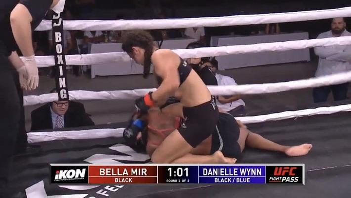 Ái nữ của huyền thoại Frank Mir có màn ra mắt MMA ấn tượng, đánh bại đối thủ có số tuổi nhiều gấp đôi - Ảnh 1.