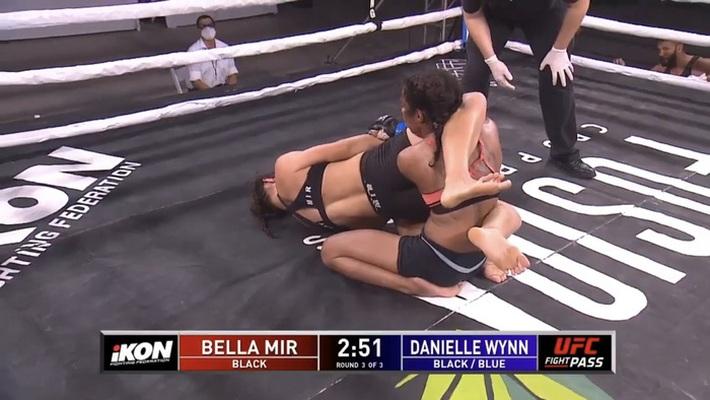 Ái nữ của huyền thoại Frank Mir có màn ra mắt MMA ấn tượng, đánh bại đối thủ có số tuổi nhiều gấp đôi - Ảnh 2.